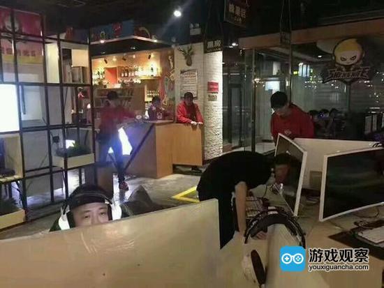 男子玩游戏遇猪队友被坑 一怒之下用头撞爆显示器