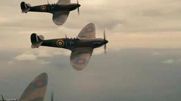 《敦刻尔克》有着相当多的空战场景,而《浴血长空》里也还原了同款战机