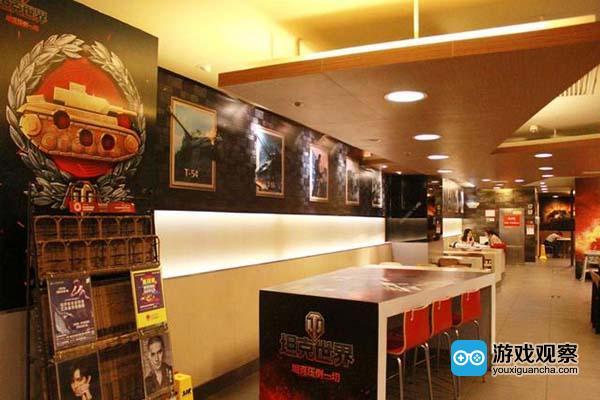 除此之外,空中网将计划在主题店举办各种丰富多彩的线下玩家互动活动,如玩家嘉年华、线下对抗赛等等,与玩家进行紧密的互动,更有精彩好礼送出。   车长套餐登场 专属优惠并能享受装备掉落   除了《坦克世界》汉堡王主题餐厅,空中网还将携手汉堡王推出《坦克世界》两款专属主题套餐,该主题套餐在汉堡王餐厅及外卖平台皆可购买。各位车长购买套餐,能够享受到专属优惠。   除此之外,活动期间吃堡会随机掉落各种装备:购买《坦克世界》主题套餐会附赠刮刮卡一张,极高几率刮出汉堡王小食奖品,更有极大