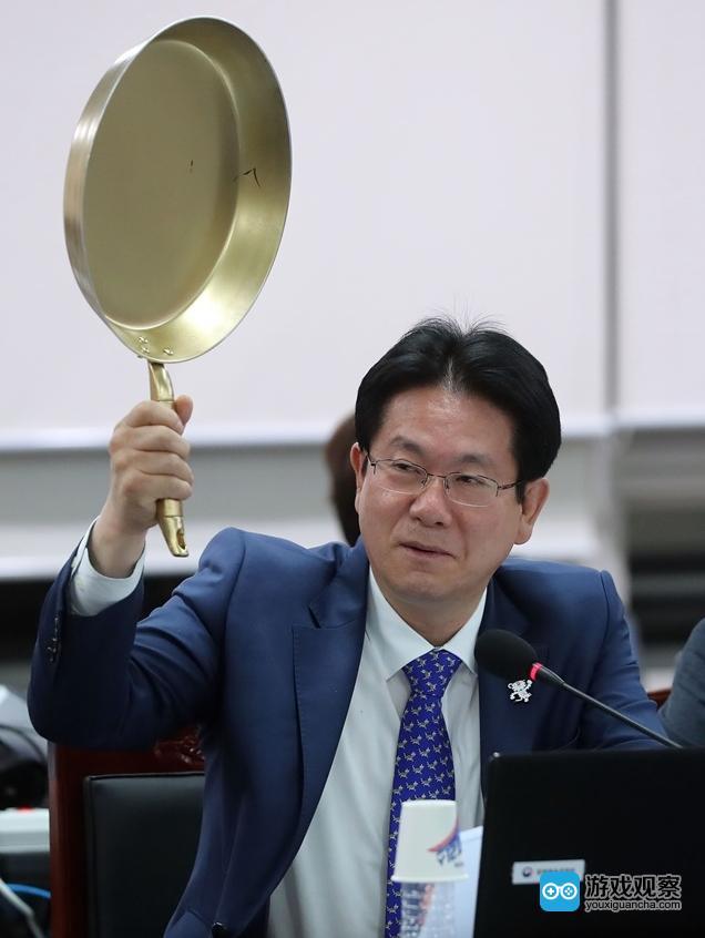 韩国议员拿金色平底锅 讨论《绝地求生》的成功