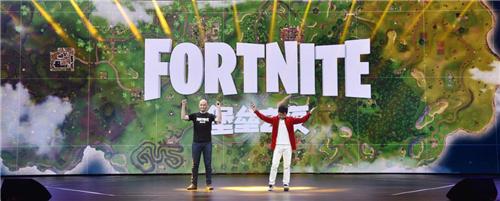 腾讯互娱市场平台部副总经理戴斌和Epic Games全球总监Geremy Mustard宣布腾讯代理《堡垒之夜》