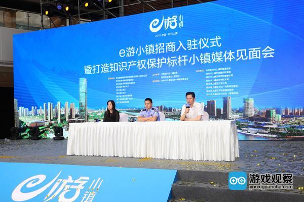 盛大游戏副总裁陈玉林(右一 )接受媒体采访