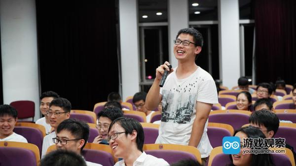 学生在宣讲会现场互动提问