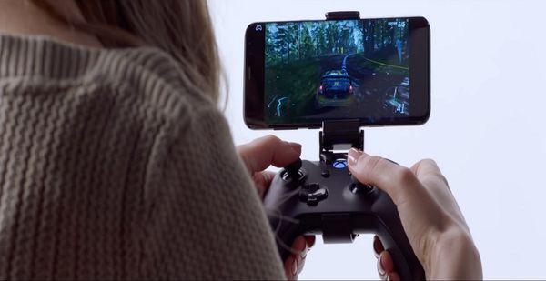 视频玩家用手机接蓝牙手柄玩《极限竞速:地平线4》,以显示云服务游戏为玩家可能带来的便利