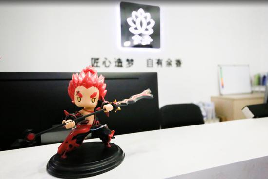 余香科技办公室里有很多游戏人物模型,图为《潮爆战记》张飞