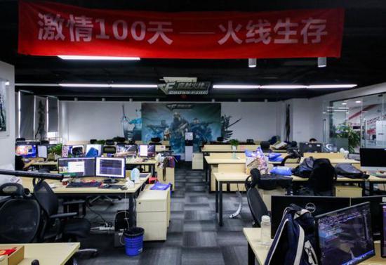 """风际游戏的旧办公室也在软件园,屋中挂着""""激情100天,火线生存""""的标语。"""