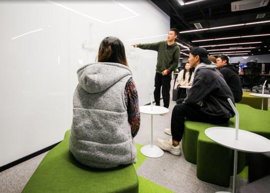 2018年10月11日,风际游戏的员工正在开会,讨论一款游戏的美术风格。
