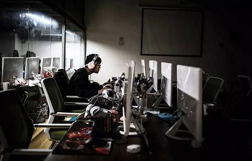 南京一家电竞学院内正在练习的队员