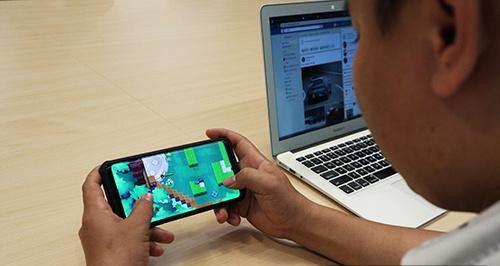 一名游戏玩家在玩越南手机游戏 Heroes Strike