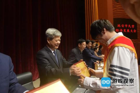 陕西省委常委、延安市委书记徐新荣为应书岭颁发获奖证书